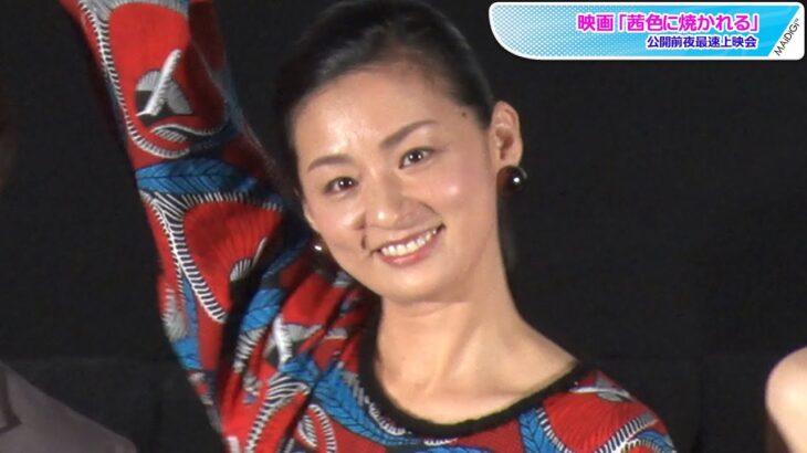 尾野真千子、赤の鮮やか総柄ロングワンピース姿でシンプルコーデ 「茜色に焼かれる」最速上映会